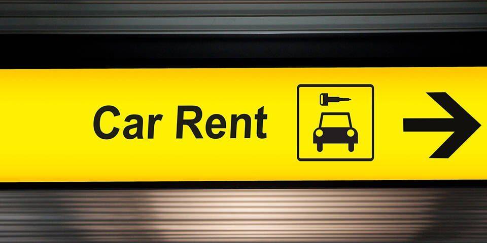 Prise en charge de la location de voiture à l'aéroport par rapport à la ville – Comparaison rapide des avantages